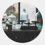 Balanza y botellas en el laboratorio de Chem Etiquetas Redondas
