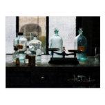 Balanza y botellas en el laboratorio de Chem Postal