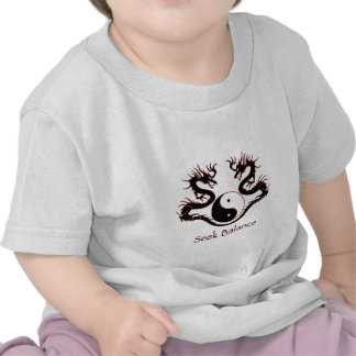 Balanza Yin Yang de la búsqueda y dragones Camisetas