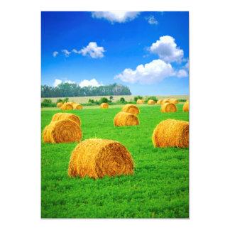 """Balas de heno de oro en campo verde invitación 5"""" x 7"""""""