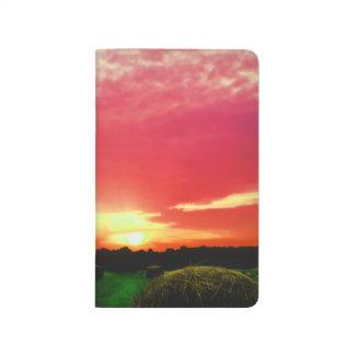 Balas de heno en la foto de la puesta del sol cuaderno grapado