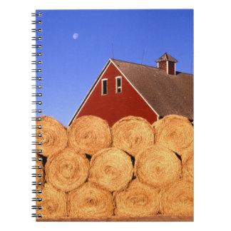 Balas de heno rojas de la granja del granero spiral notebooks