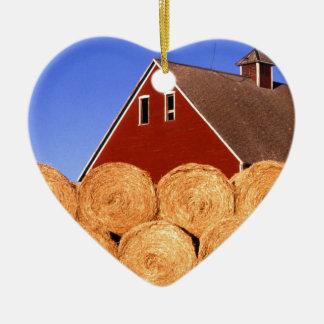 Balas de heno rojas del granero de la granja adorno de cerámica en forma de corazón