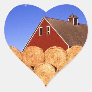 Balas de heno rojas del granero de la granja pegatina en forma de corazón