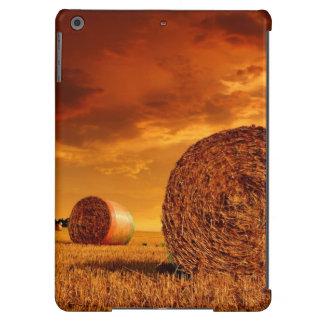 Balas de la paja en tierras de labrantío con el ci funda para iPad air