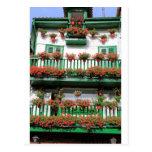 Balcón español pintoresco rojo de las plantas de postal