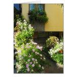 Balcón italiano con las flores felicitaciones