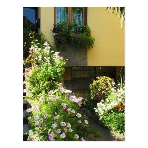 Balcón italiano con las flores postal