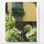 Balcón italiano con las flores alfombrilla de ratón