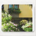 Balcón italiano con las flores tapetes de raton