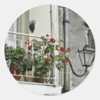Balcón pintoresco en las flores viejas de Corfú de Etiquetas Redondas