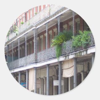 Balcones en el barrio francés pegatina redonda