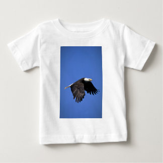 Bald Eagle flying across blue sky T Shirt
