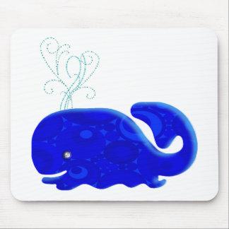 Ballena azul que echa en chorro alfombrilla de ratones