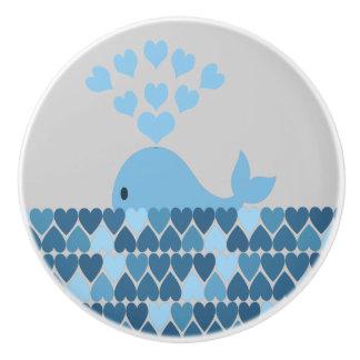 Ballena azul y corazones pomo de cerámica