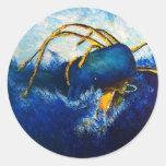 Ballena contra la pintura colosal del paisaje etiqueta redonda