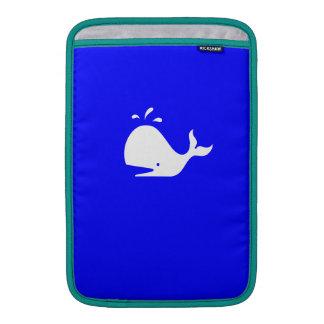 Ballena de Glow_White-on-Blue del océano Fundas MacBook