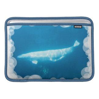 """Ballena de la beluga de la natación 11"""" manga de M Funda MacBook"""