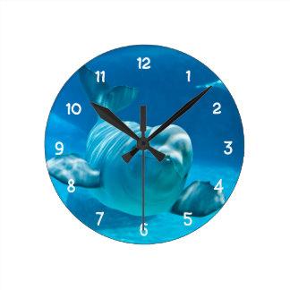 Ballena de la beluga reloj redondo mediano