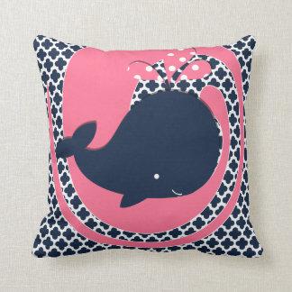 Ballena de la marina de guerra en rosa y la cojines