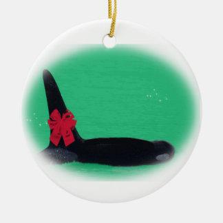 Ballena de la orca del navidad con el arco rojo en ornamente de reyes