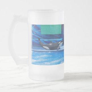 Ballena de la orca que muestra apagado tazas