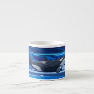 Ballena de la orca que muestra apagado taza espresso
