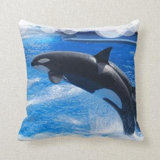 Ballena de salto de la orca cojin