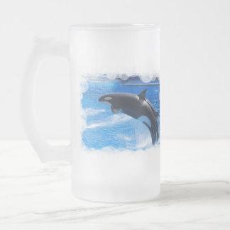 Ballena de salto de la orca jarra de cerveza esmerilada