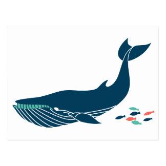 Ballena del océano con los pequeños pescados tarjeta postal