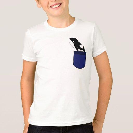 Ballena DF en una camisa del bolsillo