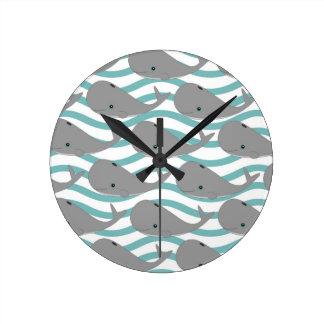 Ballena gris linda del bebé en el dibujo animado d reloj redondo mediano