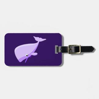 Ballena púrpura del dibujo animado etiquetas bolsa