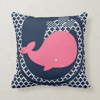 Ballena rosada en la almohada de tiro de los azule