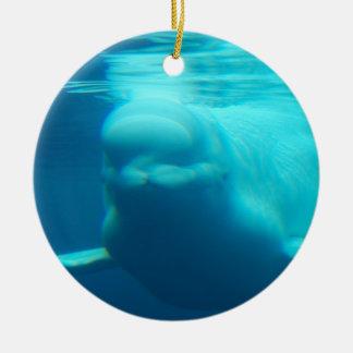Ballena subacuática de la beluga adorno navideño redondo de cerámica