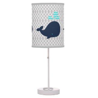 Ballenas de azules marinos en la lámpara de mesa g