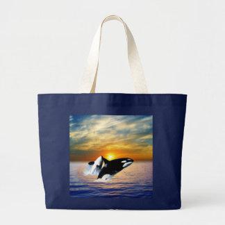 Ballenas en la puesta del sol bolsa de tela grande