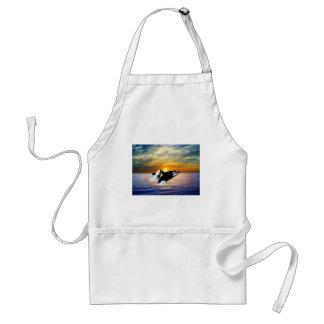 Ballenas en la puesta del sol delantal