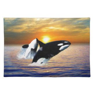 Ballenas en la puesta del sol mantel individual