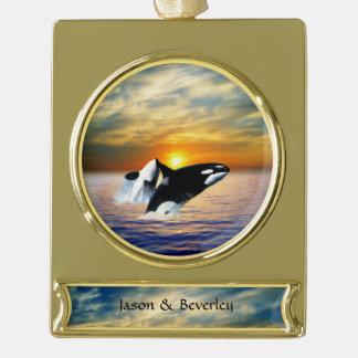 Ballenas en la puesta del sol rótulos de adorno dorado