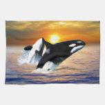 Ballenas en la puesta del sol toalla