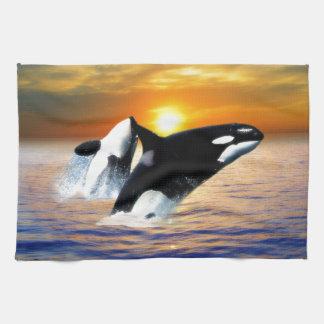 Ballenas en la puesta del sol toallas