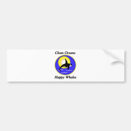 Ballenas felices de los océanos limpios de la ball etiqueta de parachoque