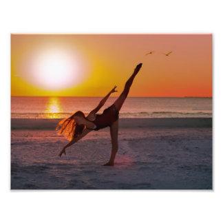 Ballet en la playa, monograma de la puesta del sol fotografía