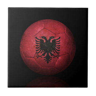 Balón de fútbol albanés gastado de fútbol de bande teja  ceramica