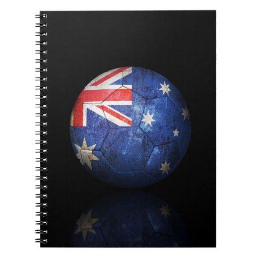 Balón de fútbol australiano gastado de fútbol de b libro de apuntes