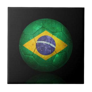 Balón de fútbol brasileño gastado de fútbol de ban azulejo