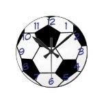 Balón de fútbol con el reloj de pared azul