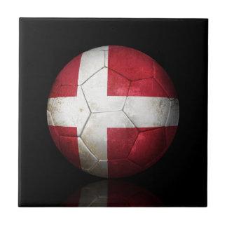 Balón de fútbol danés gastado de fútbol de bandera azulejos