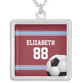 Balón de fútbol del jersey del clarete y de las collar plateado